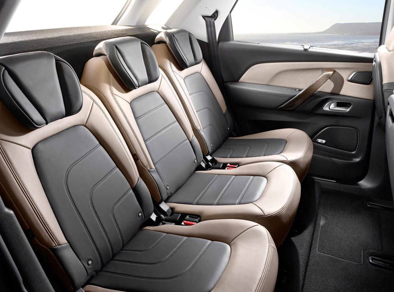 Second row of beige and black leather seats in Citroën C4 Spacetourer