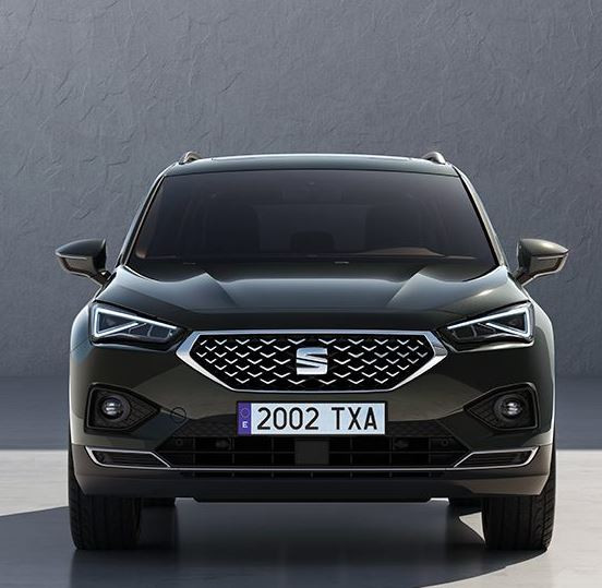 Black SEAT Tarraco parked facing the camera with a spanish number plate