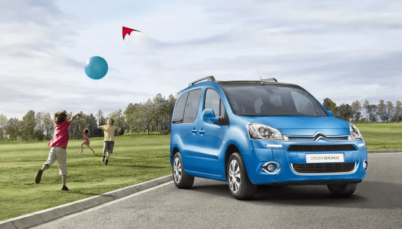 Citroen Berlingo Multispace with children playing with kite and balloon next to it